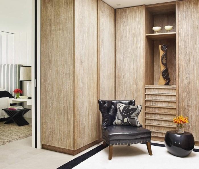 begehbarer-kleiderschrank-sessel-in-schwarz-kissen-schrank-ideen-vase-deko-blumen-schlafzimmer-fuehrt-zu-ankleidezimmer