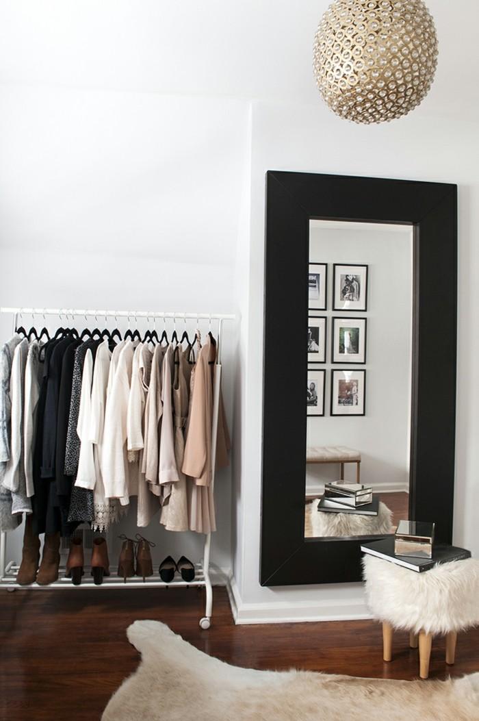 begehbarer-kleiderschrank-system-pelzteppich-spiegel-hocker-staender-