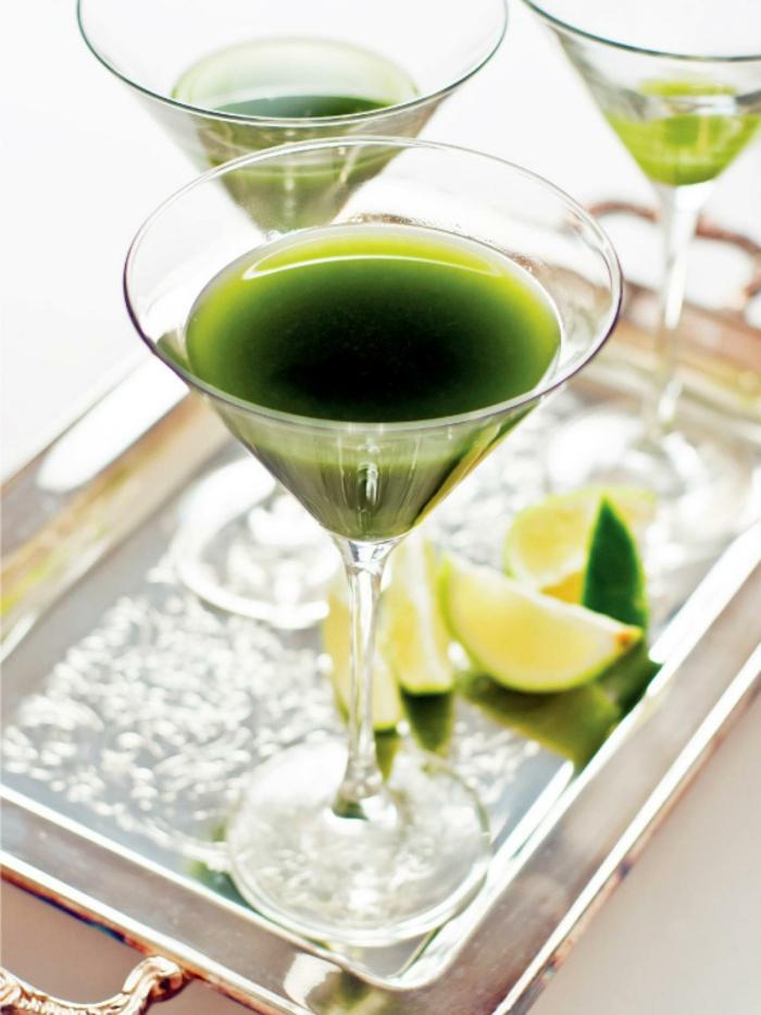 bio-ernaehrung-matcha-gruener-tee-cocktail-grüen-mit-matcha-zitrone-zucker-auf-dem-tisch