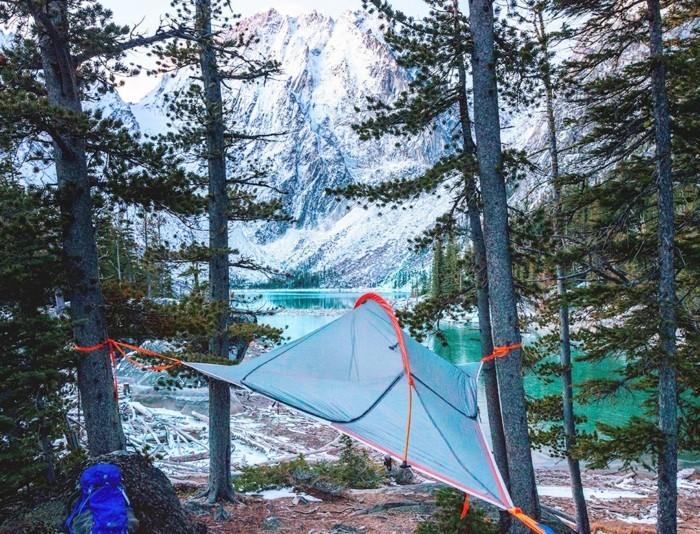 blaues-baumzelt-am-seeufer-genießen-sie-die-verschneiten-berge