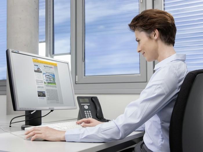blendschutz-im-büro-folienrollos-computer-mitarbeiterin