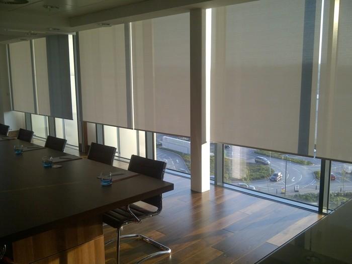 blendschutz-im-büro-folienrollos-für-den-konferenzraum
