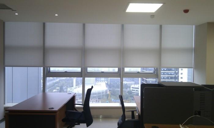 blendschutz-im-büro-folienrollos-in-weißer-farbe