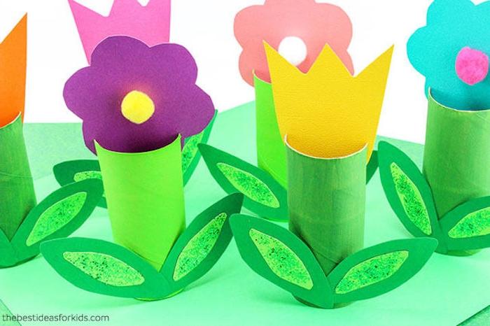 Blumen basteln mit Klorollen, Blätter und Blüten aus Karton schneiden