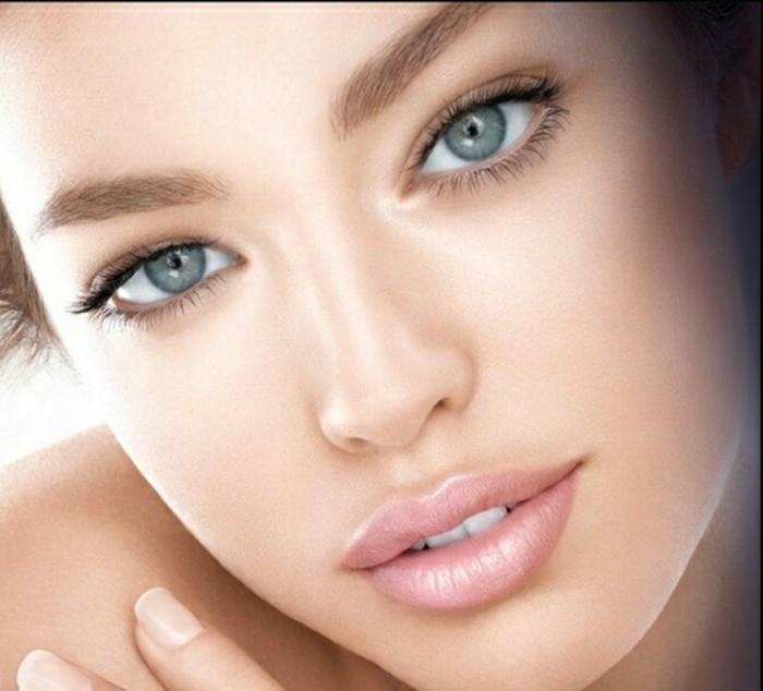 braut-make-up-selber-machen-dezentes-makeup-fuer-hochzeit-rosa-lippen-blaue-augen-schoene-frau