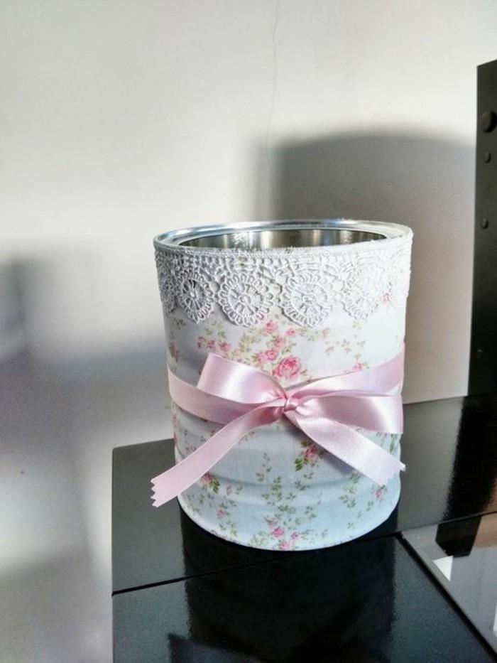 coole-sachen-basteln-konservendose-weisse-spitze-rosa-schleife-weisses-papier-mit-rosen