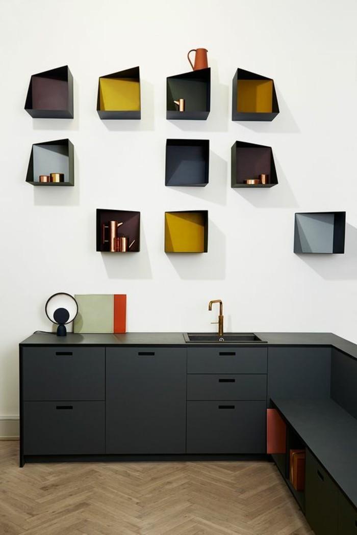 deko-tipps-eckige-schwarze-regale-schwarze-schränke-boden-aus-holz-waschbecken