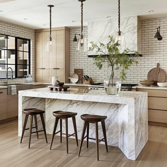 deko-tipps-glasvase-pflanze-lampen-kücheninsel-hölzerne-stühle-ziegel-schränke-waschbecken-fenster