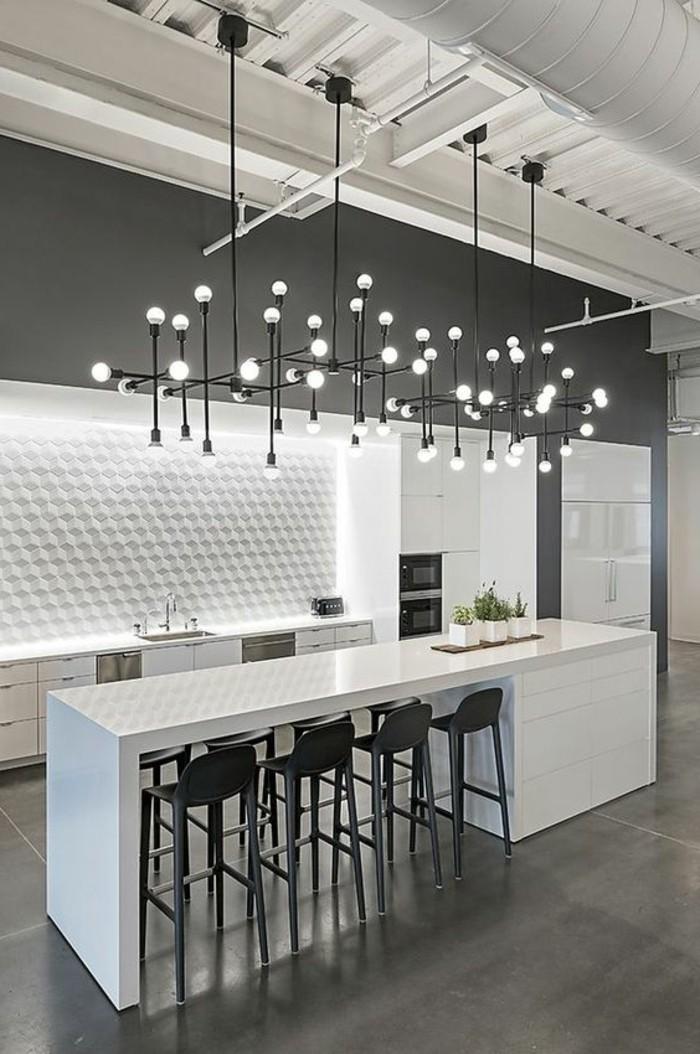 deko-tipps-lampe-weißer-kücheninsel-schwarze-stühle-wandpaneel-kühlschrank-waschbecken