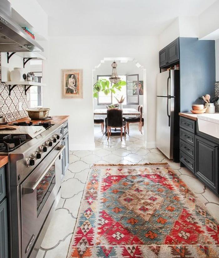 deko-tipps-retro-teppich-fliesen-graue-küche-kühlschrank-ofen-topf-stühle-tisch-pflanze-regale