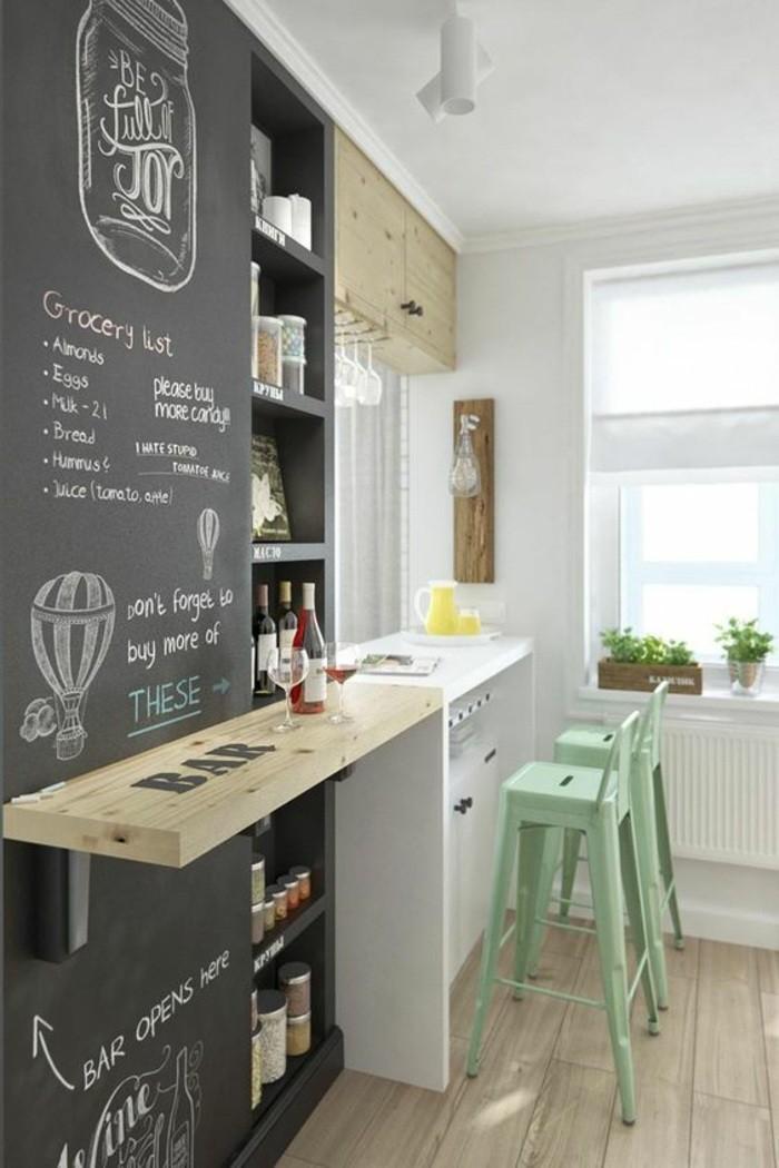 deko-tipps-schwarze-tafel-bar-grüne-stühle-weinglas-weinflasche-regale-fenster-pflanzen