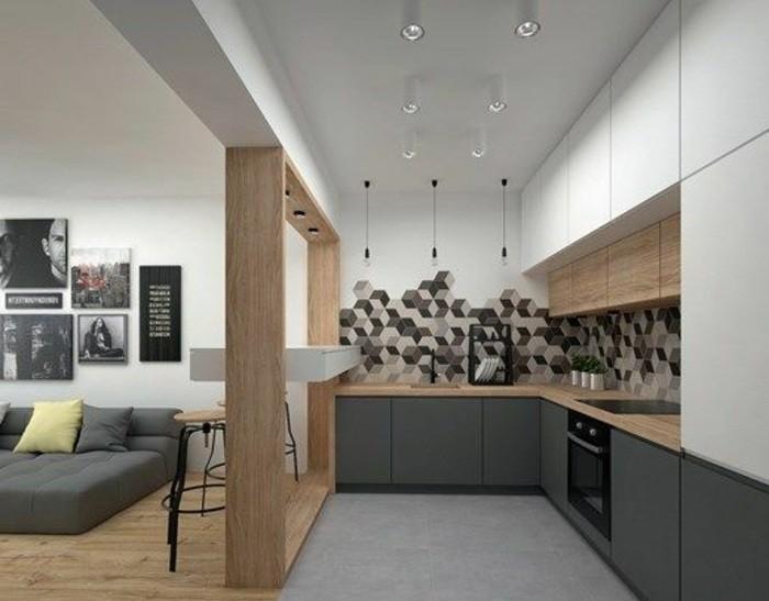 deko-tipps-wanddeko-grauer-sofa-bilderwand-stühle-ofen-teller-lampe-kissen