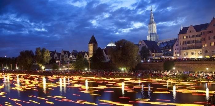 deutschland-schoenste-orte-stadtulm-lichtshow-im-fluss-attraktive-aktivitaeten-in-ulm