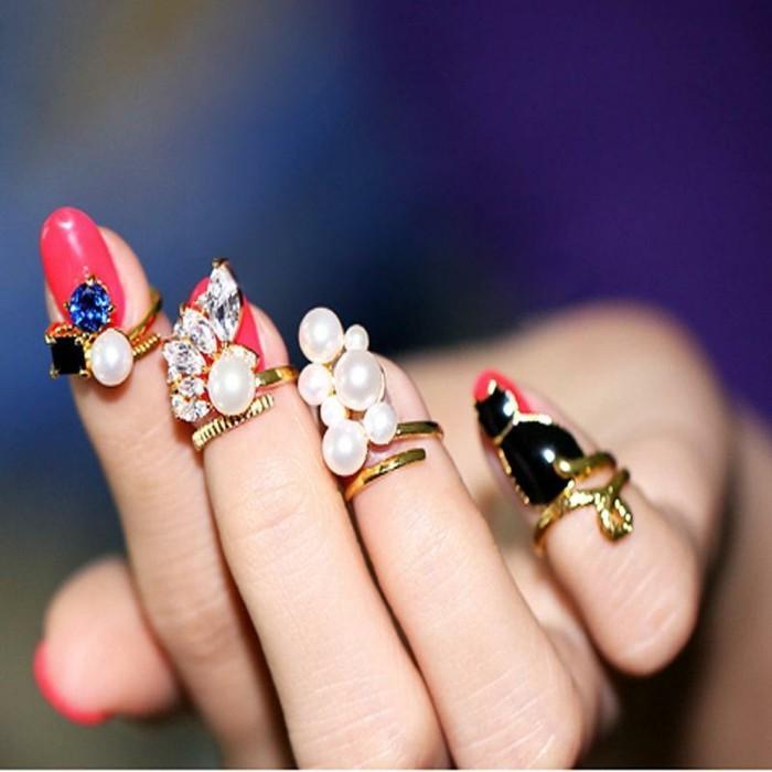 dezente-naegel-attraktive-naegel-design-mit-perlen-und-steinen-ringe-als-naegeldeko-dekoration