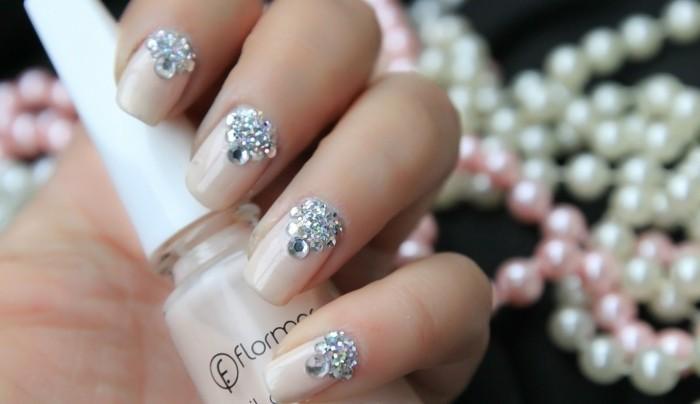dezente-naegel-diamanten-deko-perlen-im-hintergrung-nagellack-lack