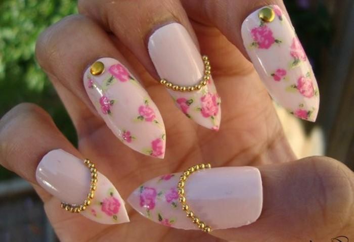dezente-naegel-in-hellrosa-farbe-mit-blumendeko-in-zyklame-und-goldene-perlen-nagelideen