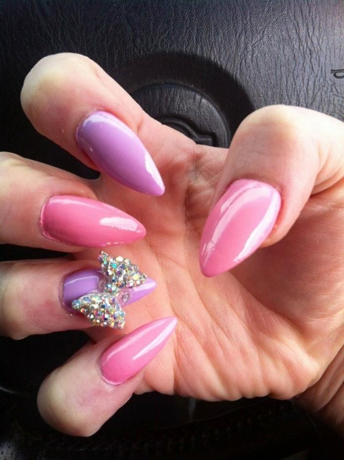dezente-naegel-in-rosa-und-lila-schleife-band-aus-steinen-dekoration-auf-naegel