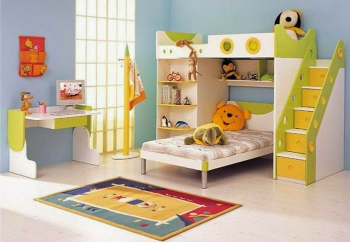 doppeltes-kinderzimmer-einrichten-bett-leiter-schubladen-bunter-teppich-plüschtiere-kleiner-schreibtisch