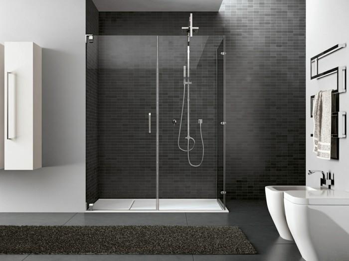 duschkabine-aus-glas-badezimmer-moseikfliesen-badematte-waschbecken-dusche-tuch-modern