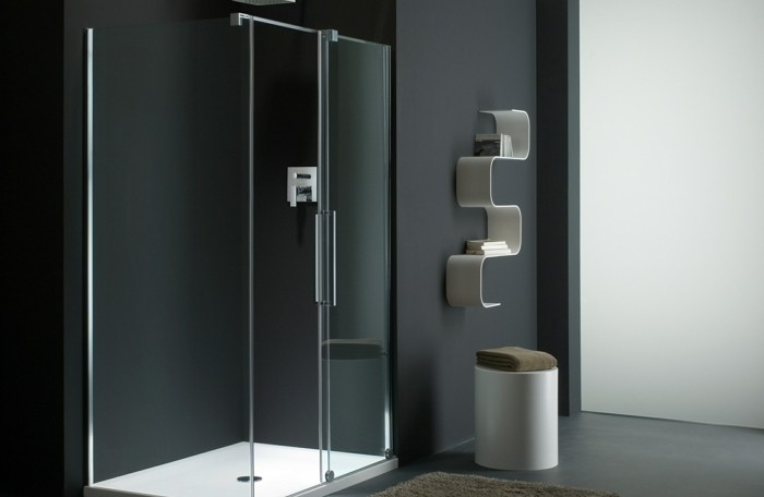 duschkabine-aus-glas-badzimmer-badematte-schwarze-waende-hocker-regal