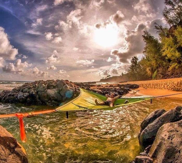 ein-campingzelt-über-dem-wasser-genießen-sie-das-meer-mit-einem-baumzelt