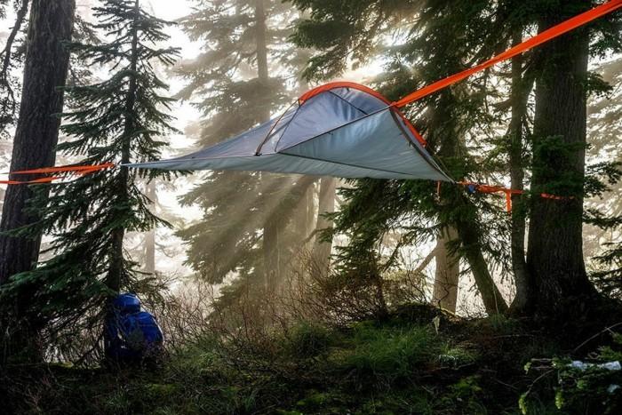 ein-märchenhafter-wald-mit-blauem-campingzelt