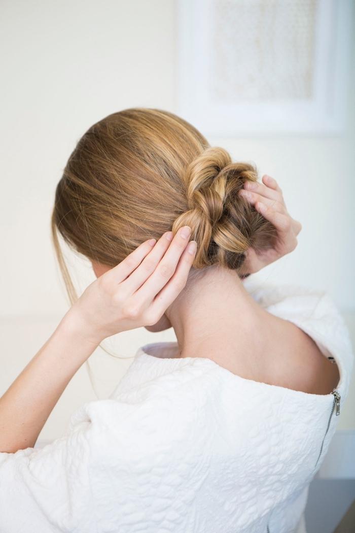 einfache hochsteckfrsiuren, honigfarbene haare, geflochtener dutt machen, abendfrisur, frisur selber machen einfach, schöne haarfrisuren