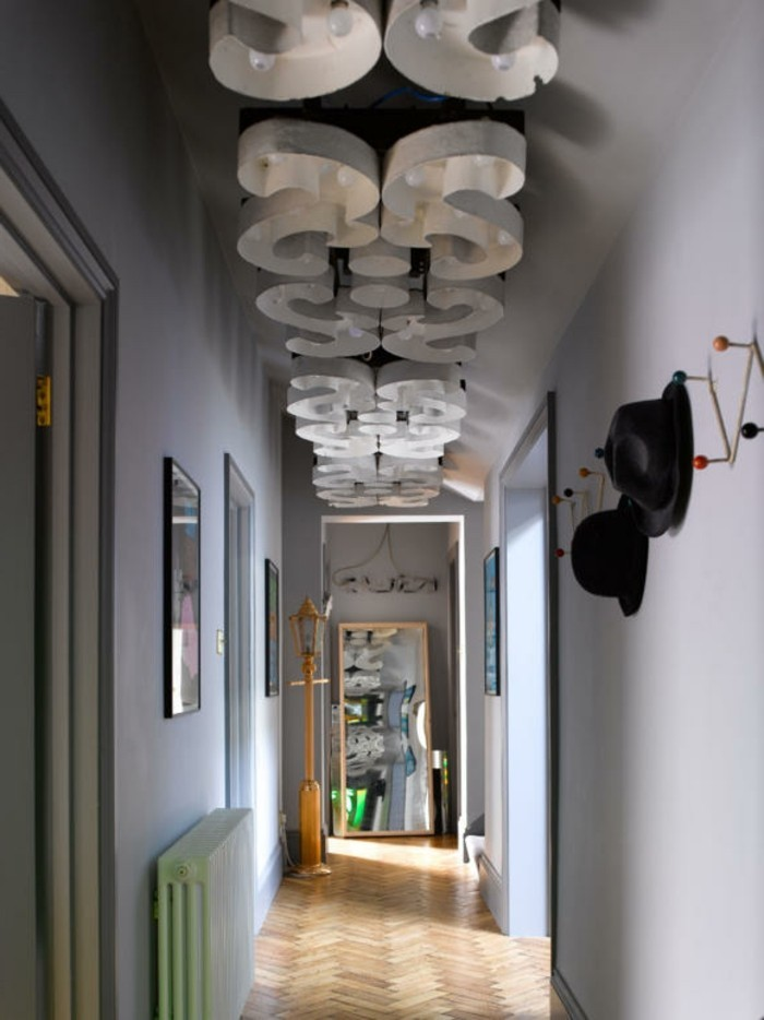 einrichtungsideen-schmaler-flur-lila-wände-interessante-deckenleuchte
