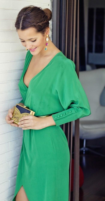 elegante-damenmode-gruenes-kleid-mit-aermel-blaue-tasche-mit-goldenen-elementen-hochsteckfrisur