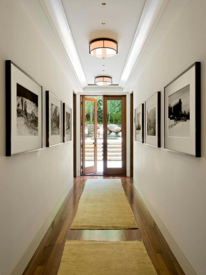flur-beispiele-gelben-teppich-bilder-an-den-wänden-drei-runde-leuchte