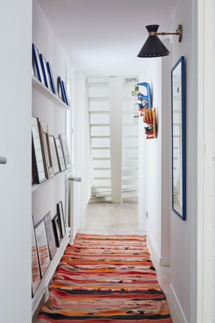 flur-beispiele-roter-teppich-regale-weiße-wände