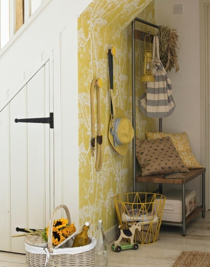 flur-tapeten-in-gelber-farbe-mit-löwenzahn-muster