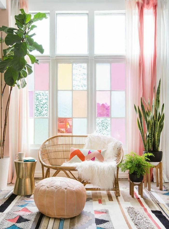 fröhliche-gestaltung-mit-pasteligen-farben-sitzbank-am-fenster