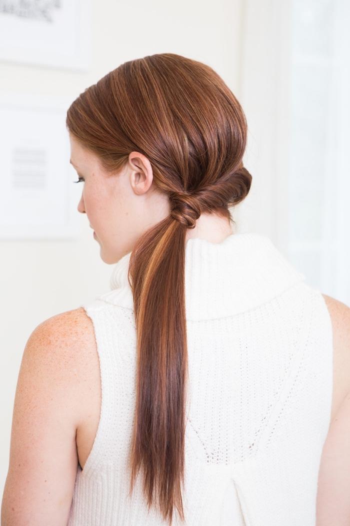 frisuren lange haare, abendfrisur selber machen, schnritt für schritt, tiefer pferdeschwanz, weiße gestickte bluse