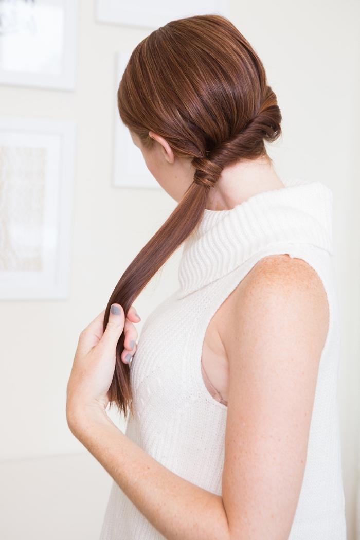 frisuren lange haare, weiße stickbluse, seitlicher tiefer pferdeschwanz binden, haarfrisuren zum selber machen