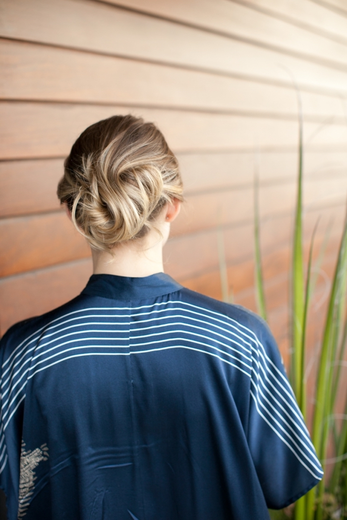 frisuren mittellang, haarstylings für kurze haare, blonde strähnen, hochgesteckte haare