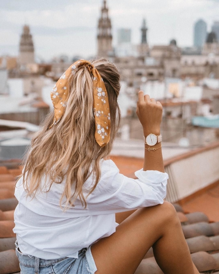 frisuren mittelanges haar, weiße bluse, halboffene haarfrsiur mit banana, einfache alltagsfrisur, haarfrisuren leich selber machen