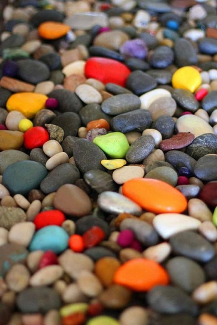 gartengestaltungsideen-schöne-gartendeko-mit-gefärbten-steinen