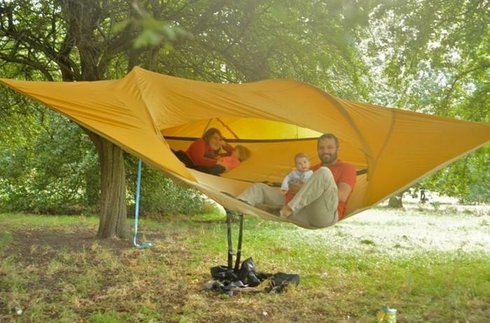 gelbes-baumzelt-im-wald-idee-für-die-ganze-familie