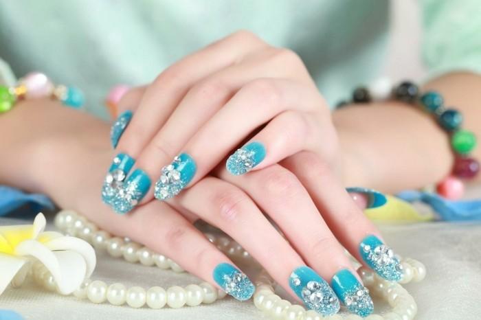 gelnaegel-mit-steinchen-extravagant-und-dezent-gleichzeitig-nagellack-in-himmelsblau-mit-grossen-steinen