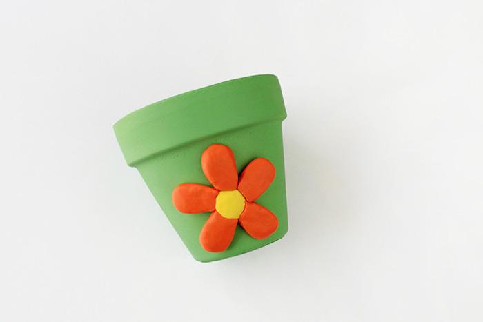 Blumentopf grün bestreichen, Blume aus Modelliermasse daran kleben