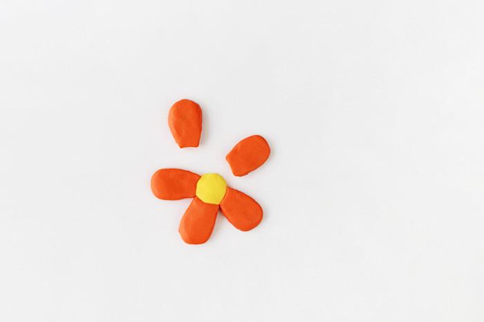 Blume aus roter und gelber Modelliermasse basteln, basteln mit Kindern Grundschule