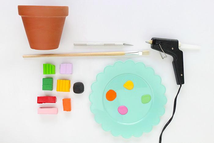 Blumentopf mit Modelliermasse dekorieren, Pinsel und Farben, Heißklebepistole und Cutter