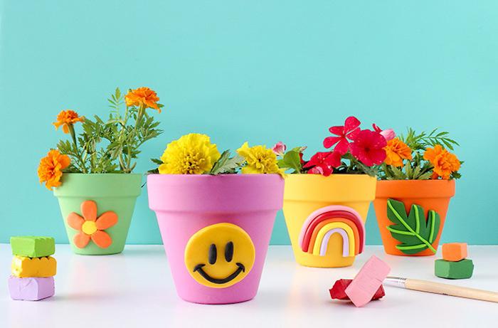 Blumentöpfe bunt bemalen, Figuren aus Modelliermasse, Blume und Regenbogen, Smiley Gesicht und Blatt