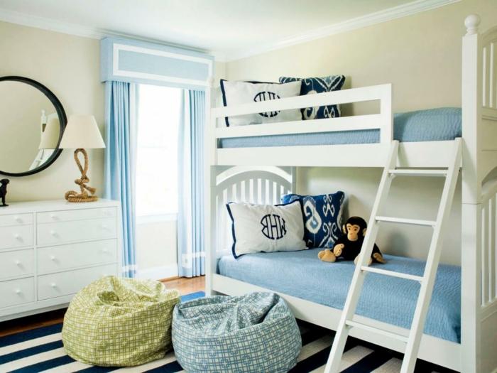 geschwister-zimmer-kleinkind-zimmer-gestreifter-teppich-blau-weiß-zwei-hocker-hellblaue-gardinen