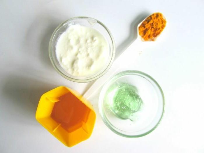gesichtsmaske-selber-machen-glaschale-jogurt-plastiklöffel-honig-gesicht