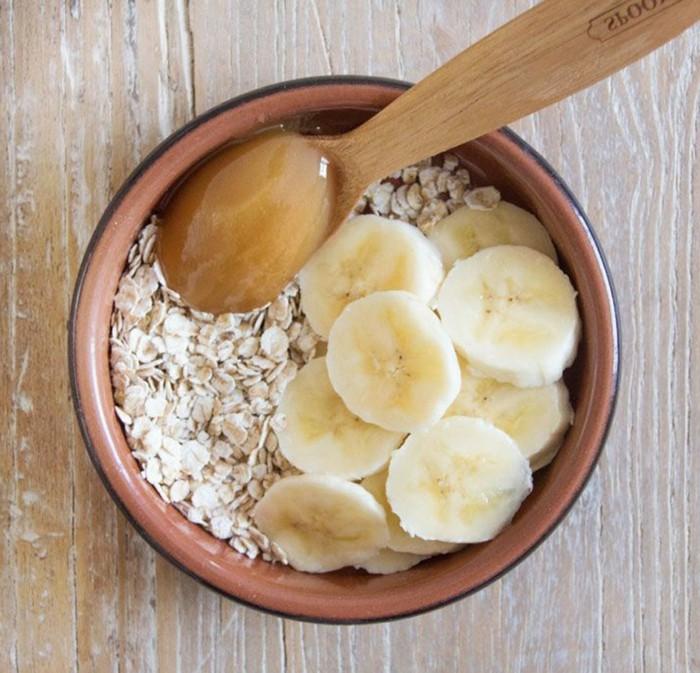 gesichtsmaske-selber-machen-hölzerner-tisch-bananen-löffel-honig-gesundheit