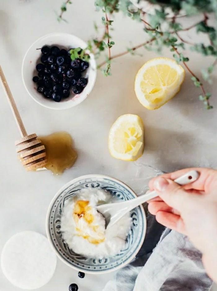 gesichtsmaske-selber-machen-jogurt-honig-löffel-teller-zitronen-schwarze-johannisbeeren