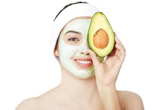gesichtsmasken-frau-gesicht-avocado-arm-maske-diy-augen-lippen-nase