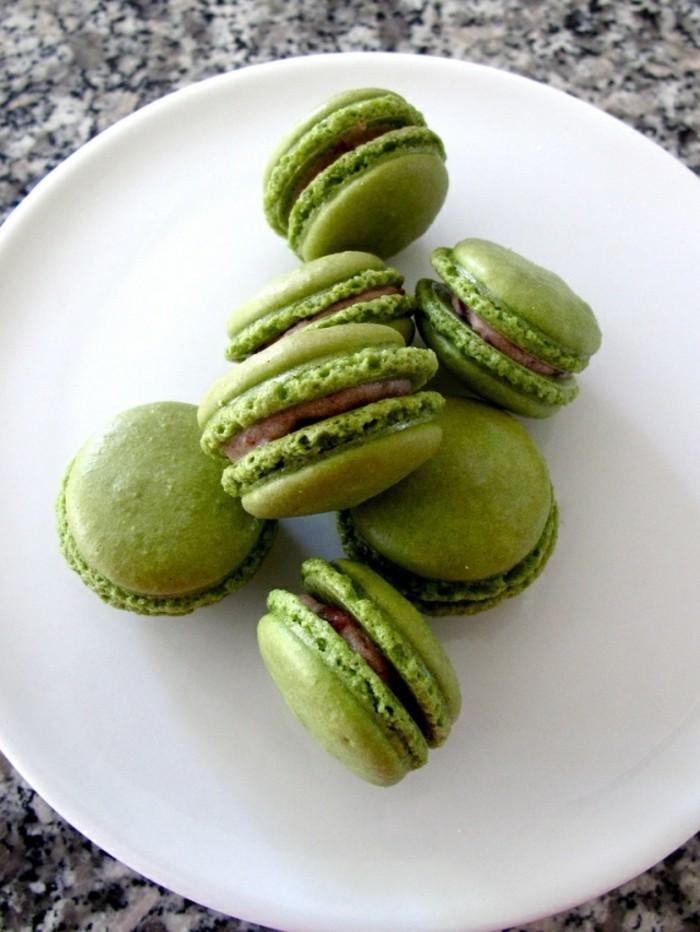 gesunde-rezepte-mit-matcha-macaroons-in-gruener-farbe-leckerer-nachtisch-im-teller
